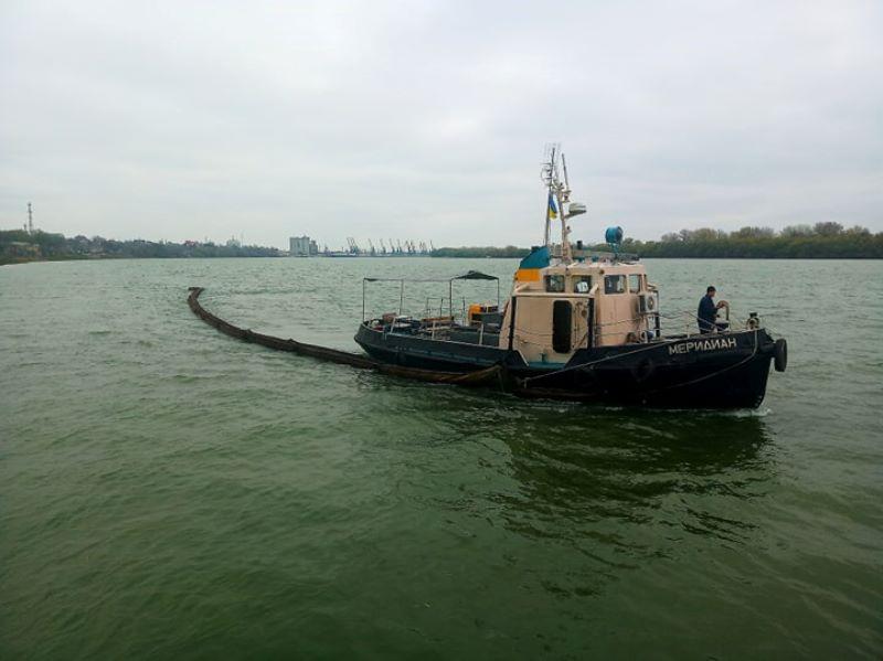 Нефтяное загрязнение на Дунае в районе Измаила - ликвидацией занимались каякеры и Администрация морского порта