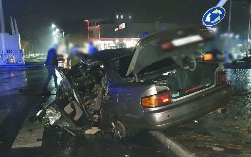 Ночное ДТП в Измаиле: на площади Мира Toyota Camry после столкновения со столбом превратилась в груду металла