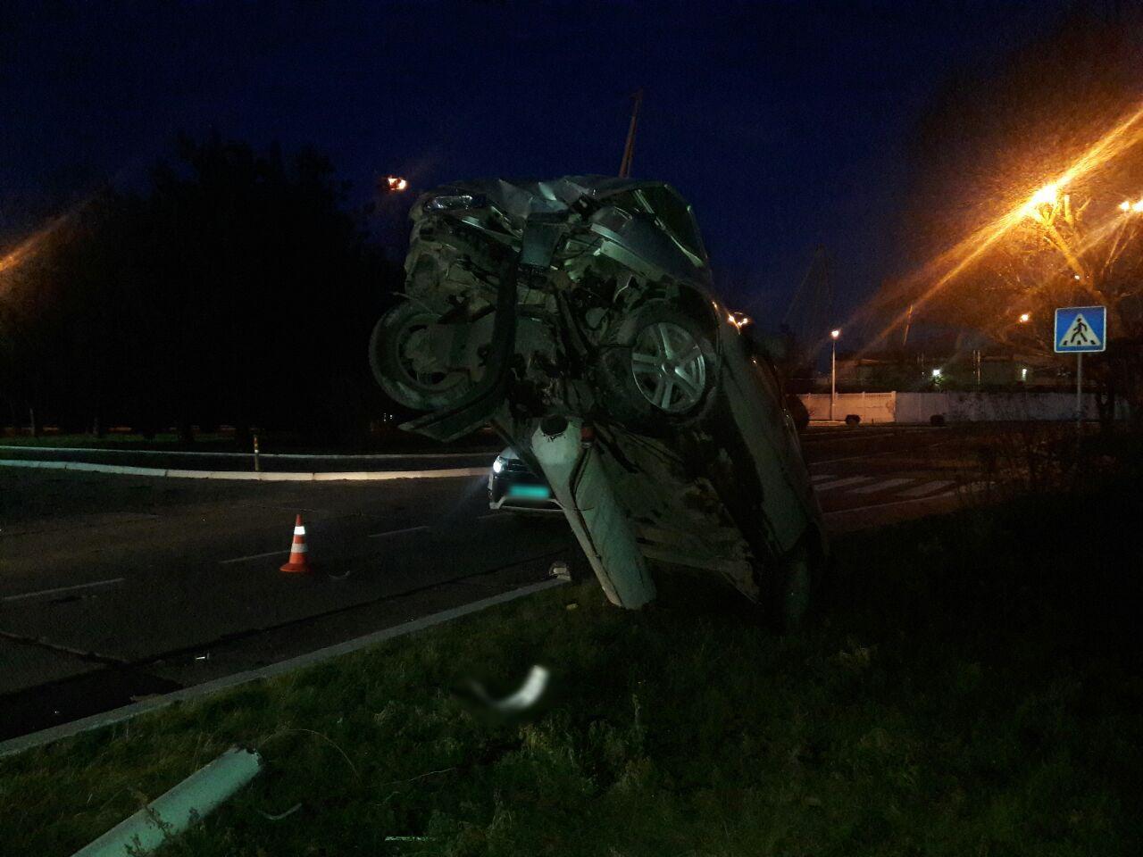 В Измаиле ночью возле морвокзала пьяный водитель поставил автомобиль на дыбы, врезавшись в столб