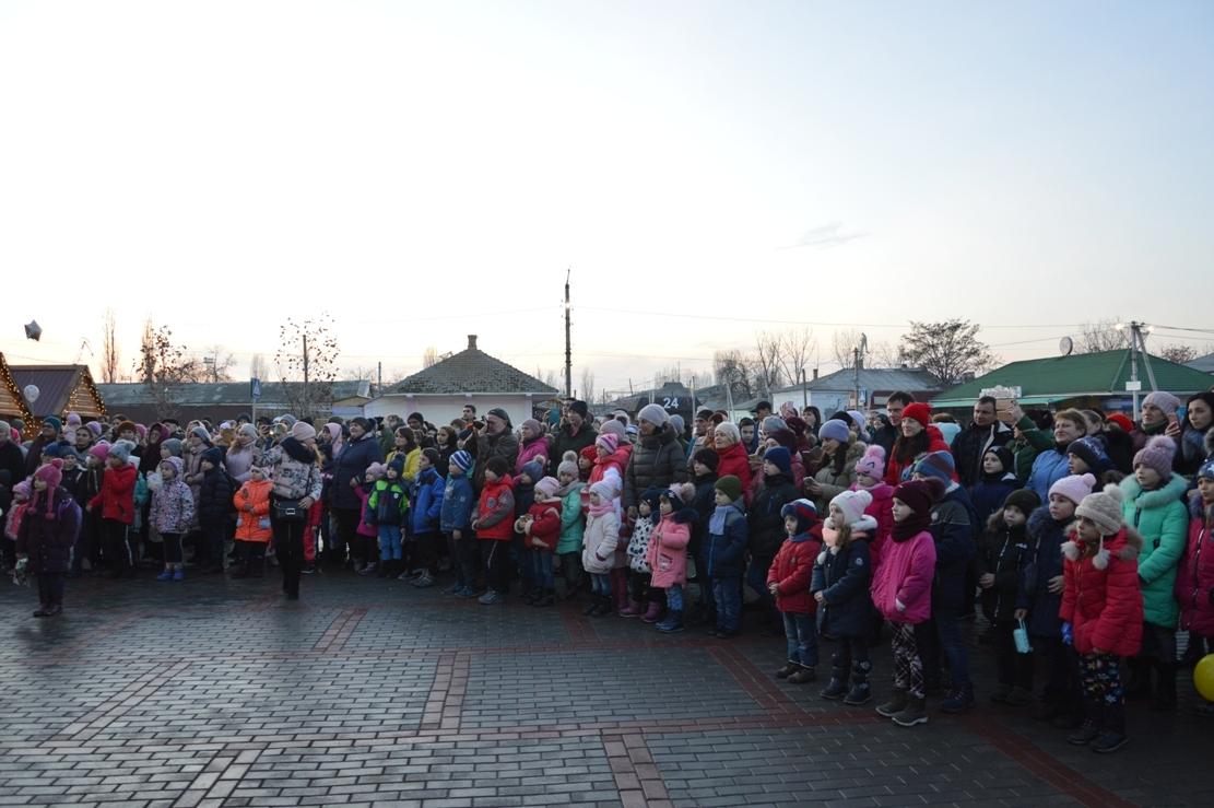 Зажглась! В Килии ко Дню Святого Николая прошло торжественное открытие главной ёлочки