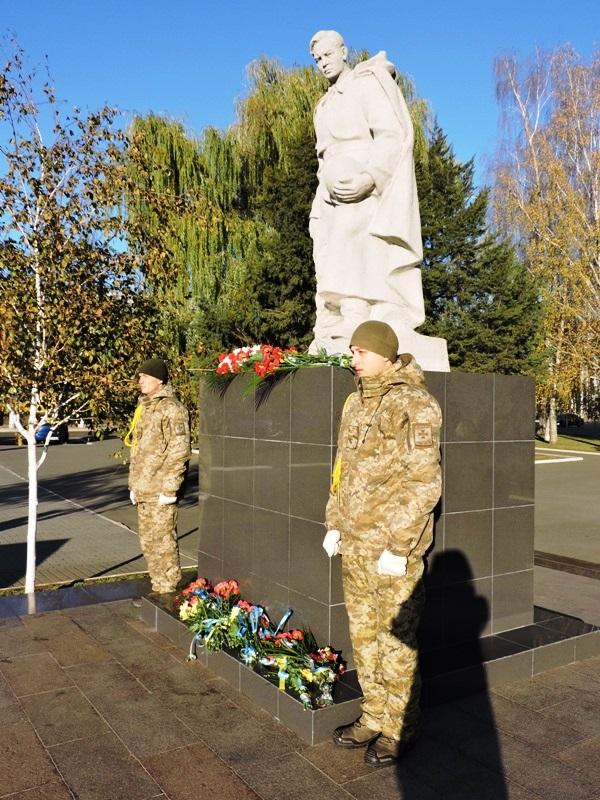 По случаю Дня Вооруженных Сил Украины в Измаиле возложили цветы к памятнику погибшим воинам