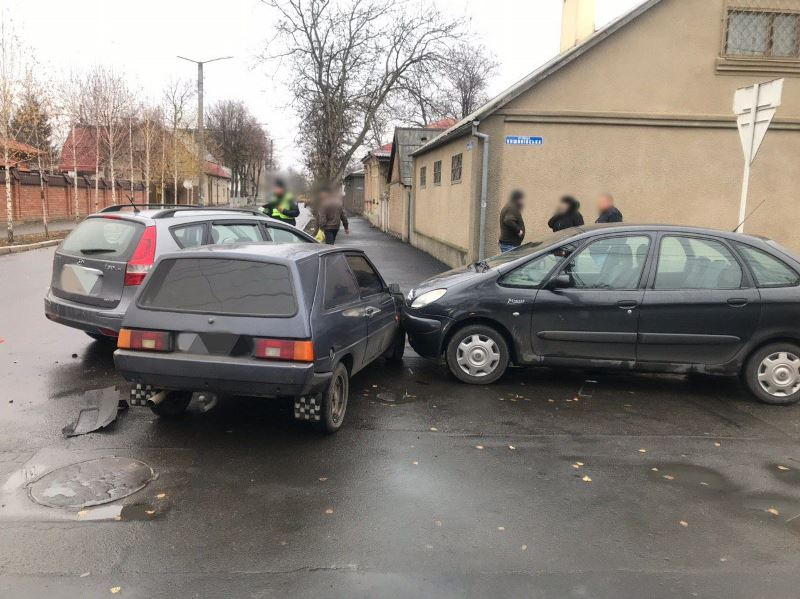 В Измаиле на перекрестке столкнулись три машины