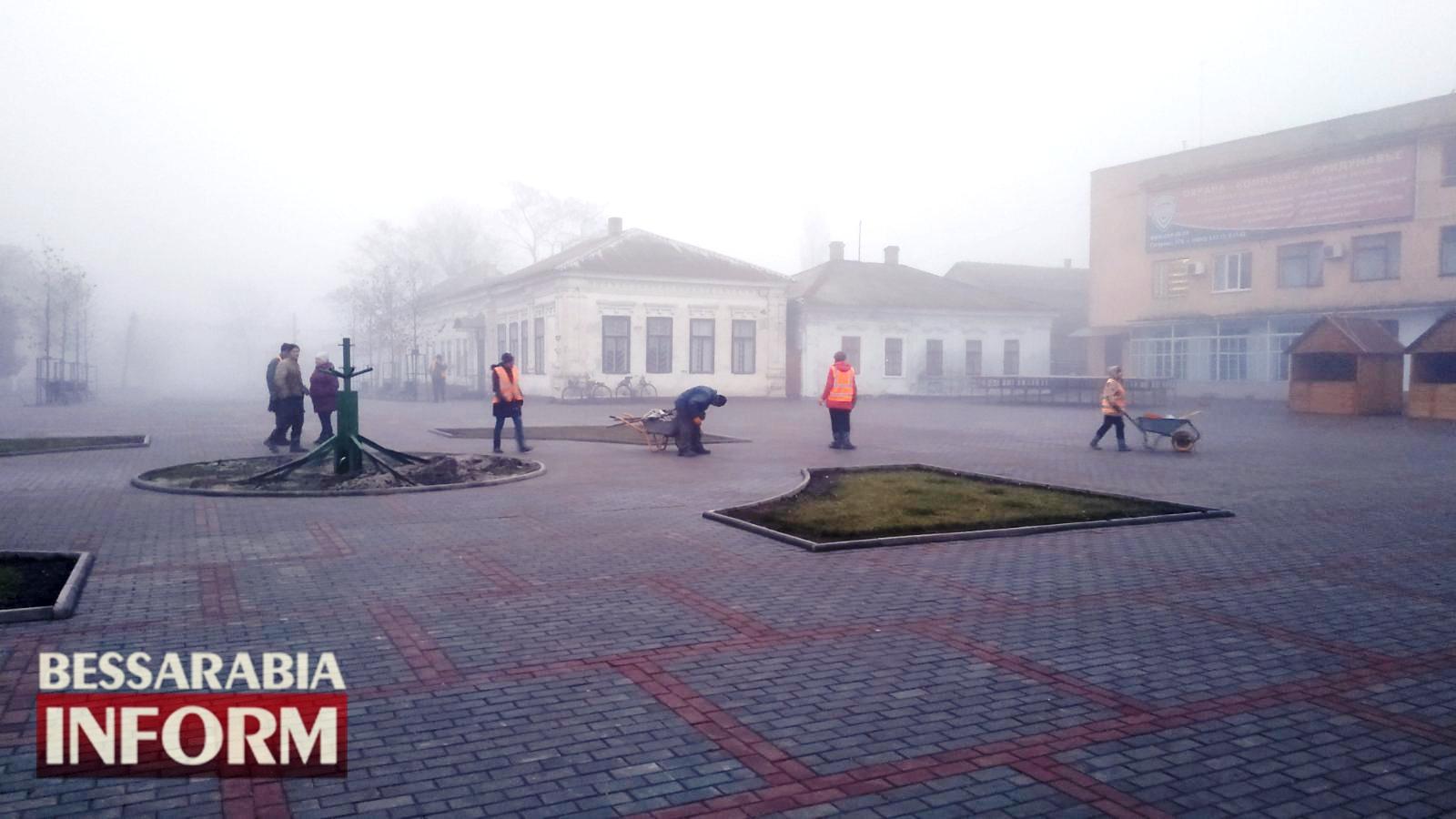 Праздники закончились: на Центральной площади Килии демонтируют ёлку