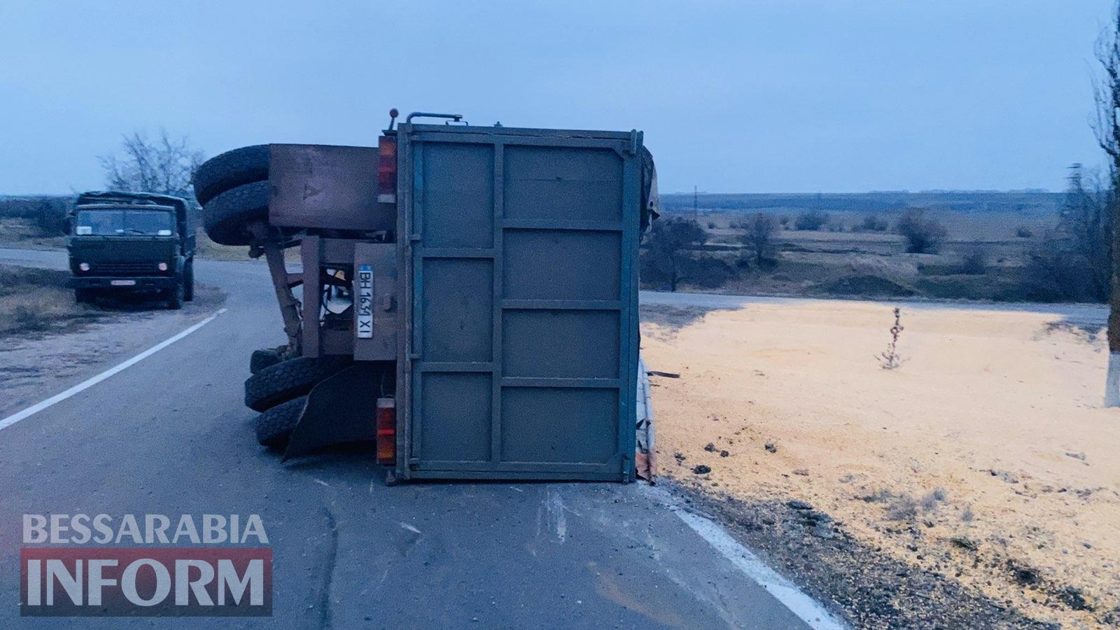 На трассе Одесса-Рени в Измаильском районе перевернулся КамАЗ с зерном