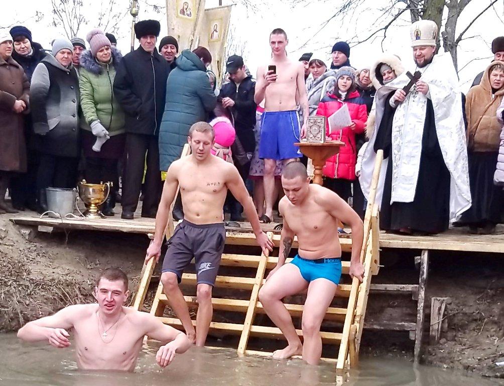 Особые традиции: как в Килии в священную воду на Крещение окунались