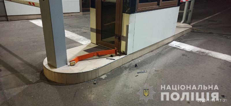 В Одессе пьяный полицейский на иномарке с еврономерами снёс шлагбаум и сбил двух человек