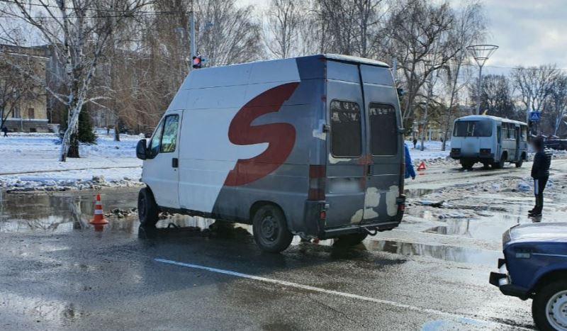 В Измаиле водитель маршрутки, выехав на перекресток на желтый сигнал светофора, спровоцировал ДТП