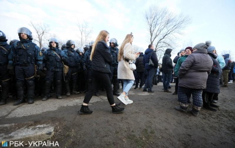 Перекрытые дорог и столкновения: в Новых Санжарах люди митингуют против размещения эвакуированных из Уханя