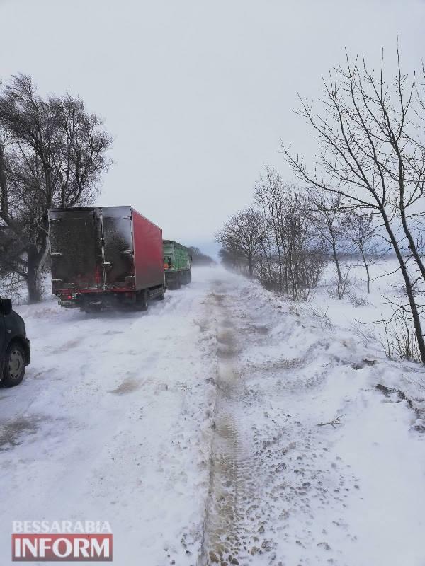 Стихия не отступает: в Белгород-Днестровском районе спасатели вытаскивают машины из снежных заносов