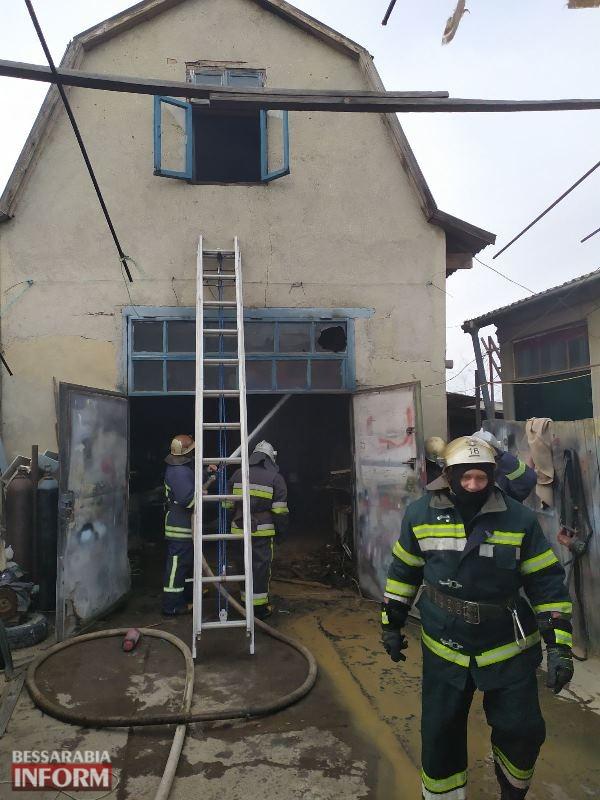 В Аккермане горел гараж с автомобилем и мусор в заброшенном здании