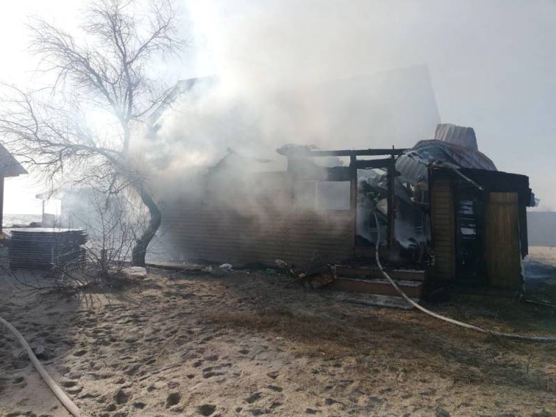 В Затоке горела база отдыха - огонь чуть не перекинулся на соседние здания