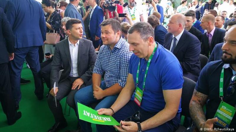 На первого помощника Президента Сергея Шефира совершено покушение. Его водитель в тяжелом состоянии