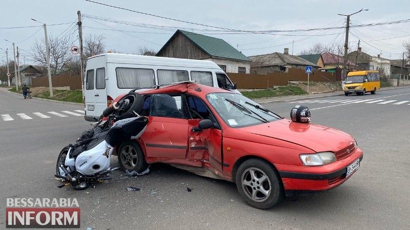 В Измаиле спортивный байк влетел в автомобиль такси, есть пострадавшие