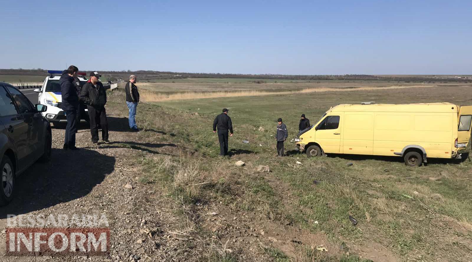 С трассы Одесса-Рени слетел в кювет и перевернулся микроавтобус