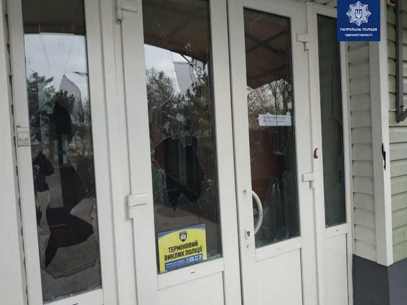 Пьяный дебошир в Измаиле поджег авто, забор и разбил окна в гостинице по улице Гагарина