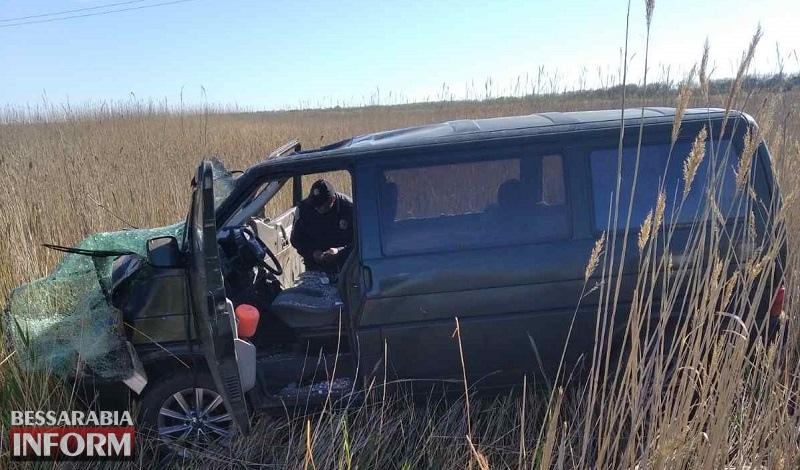 На трассе Одесса-Белгород-Днестровский перевернулся микроавтобус: водителя доставали спасатели