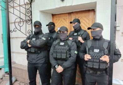 Порошенко открыл выставку картин, из-за которых его вызывали в ГБР. Следователи со спецназом взяли штурмом музей