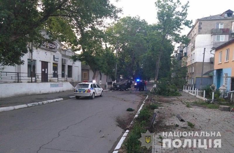 ДТП в Рени: Nissan влетел в дерево и перевернулся - пострадали четыре молодых парня