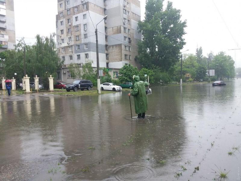 """""""Южная Венеция"""": сильный и продолжительный ливень превратил улицы Одессы в реки, город в транспортном коллапсе"""