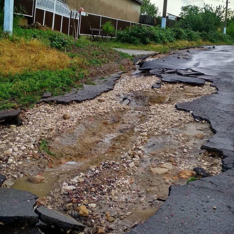 Подтопленные дома и размытые улицы: в селе Болградского района опять прошел разрушительный ливень с градом