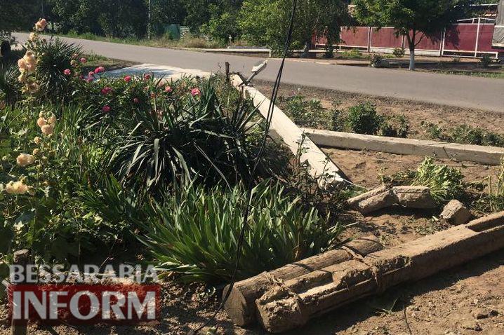 Килия: лихач на Nissan снес экектроопору и остался без автомобиля