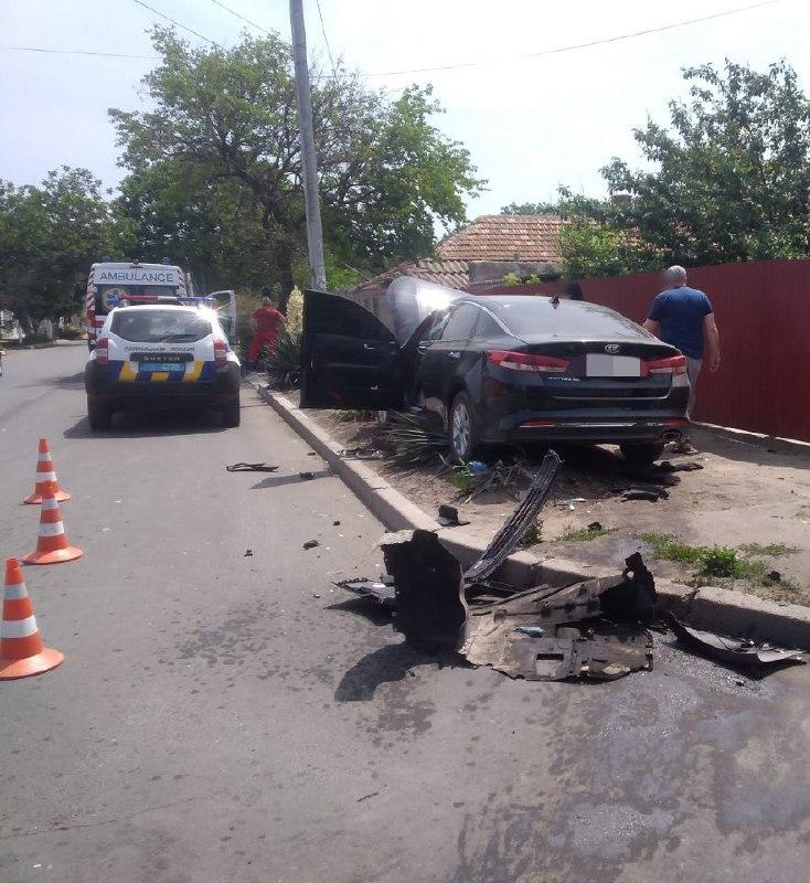В Измаиле столкнулись KIA и Toyota, после чего один из автомобилей залетел во двор частного дома. Есть пострадавшие
