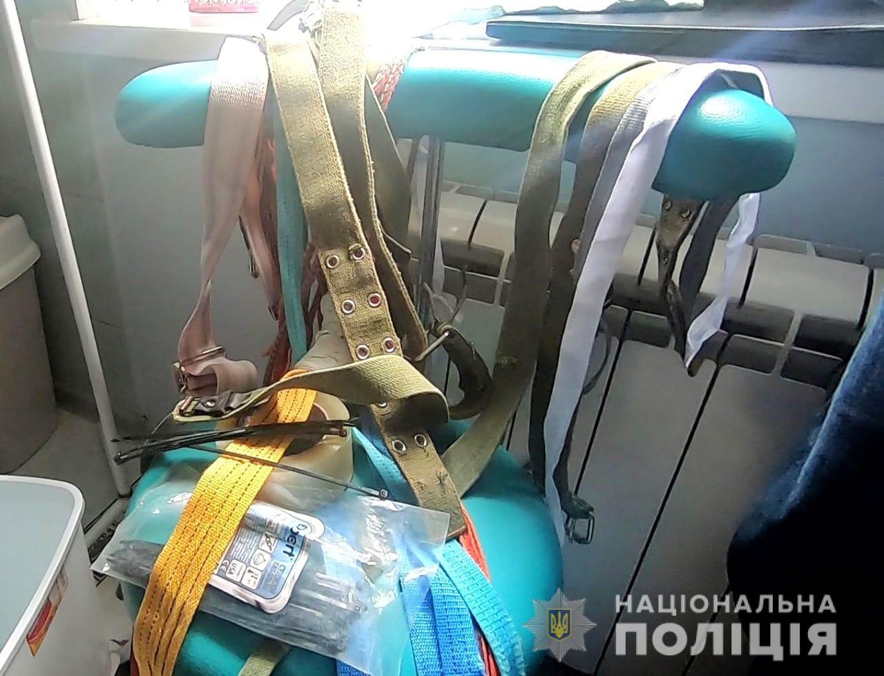 В Одессе  незаконно удерживали наркозависимых людей на цепи, якобы предоставляя им услуги реабилитации