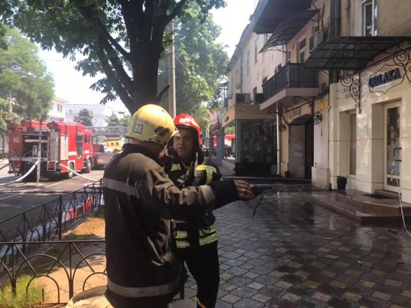 Клубы дыма, горящая крыша и перекрытое движение: в Одессе в центре города горит жилой дом