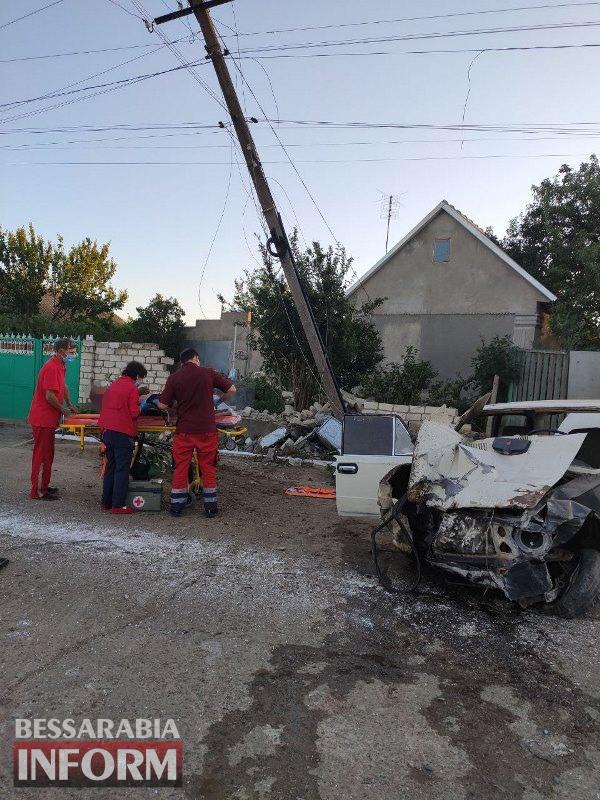 В Белгород-Днестровском районе автомобиль влетел в электроопору - водителя зажало внутри