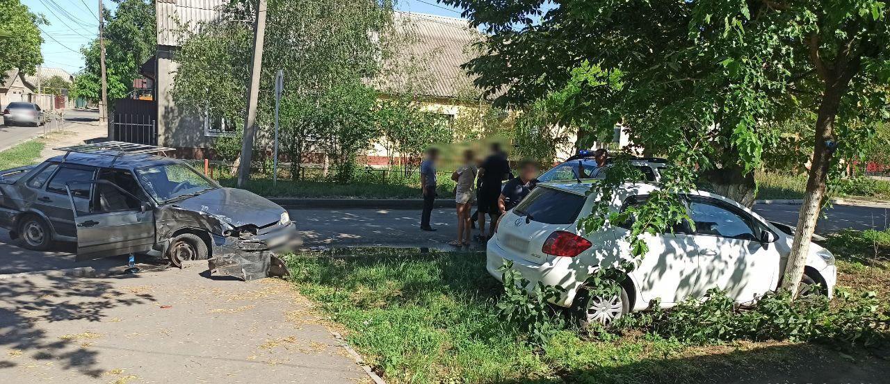 В Измаиле в результате столкновения ВАЗ и Toyota трое человек попали в больницу