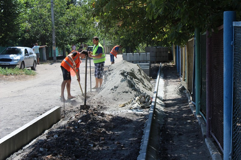 Реализация проектов Бюджета участия: в Аккермане проводят капитальный ремонт тротуара возле одной из школ