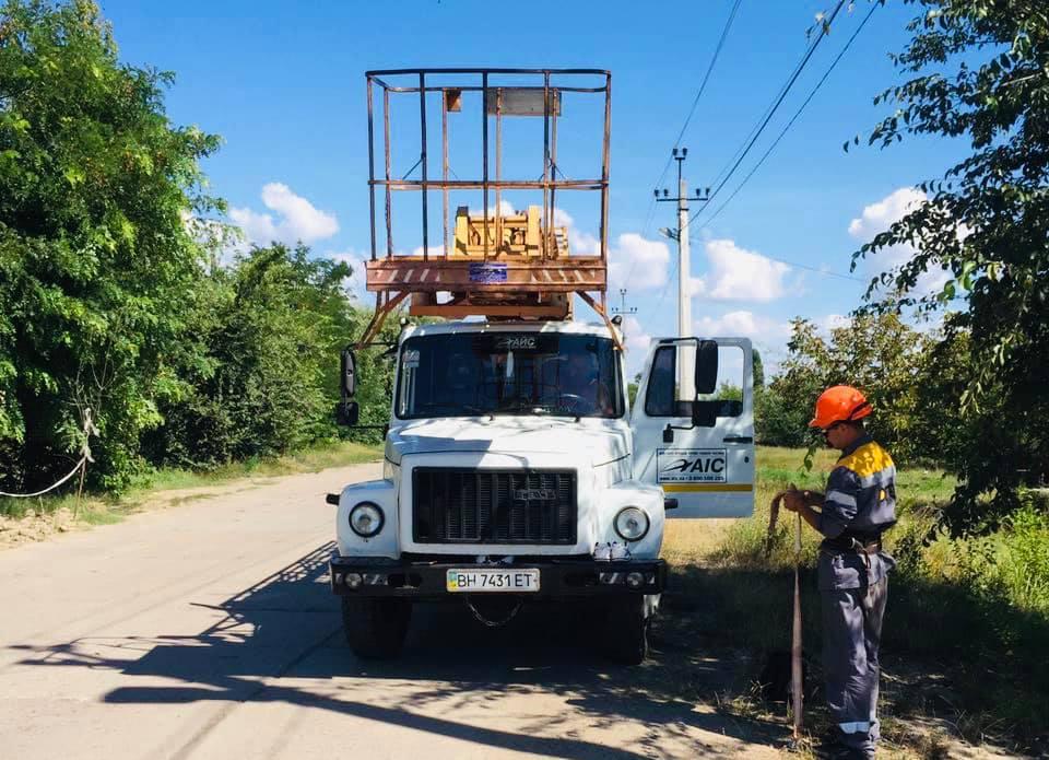 В Килии проводится массовая обрезка деревьев, провоцирующих порывы проводов