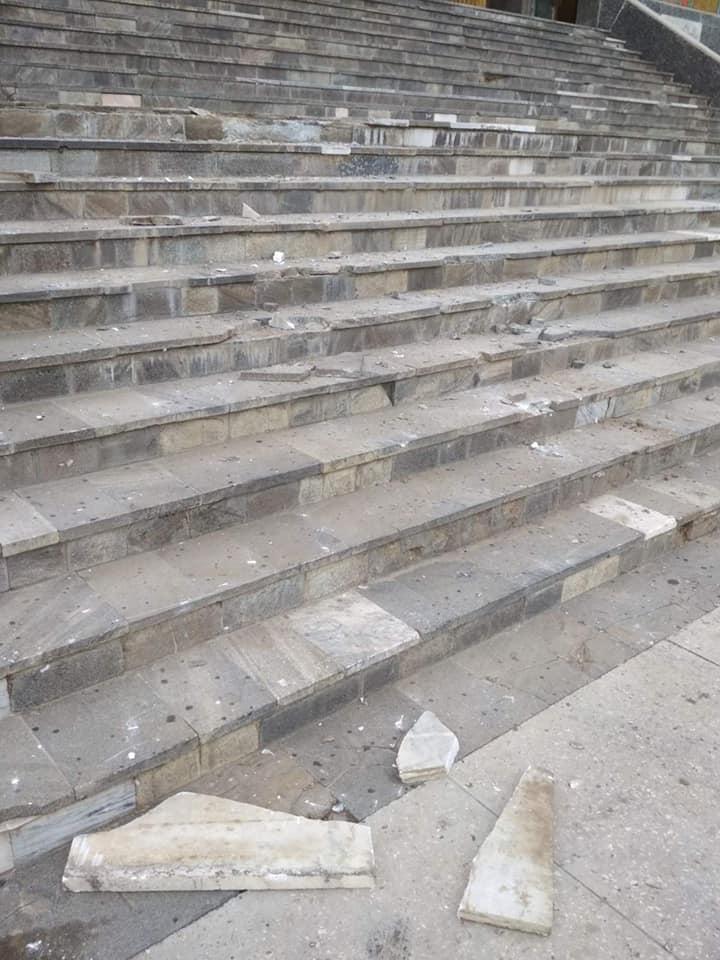 В селе Килийской ОТГ лихач заехал на высокие мраморные ступеньки, в результате чего серьезно повредил их