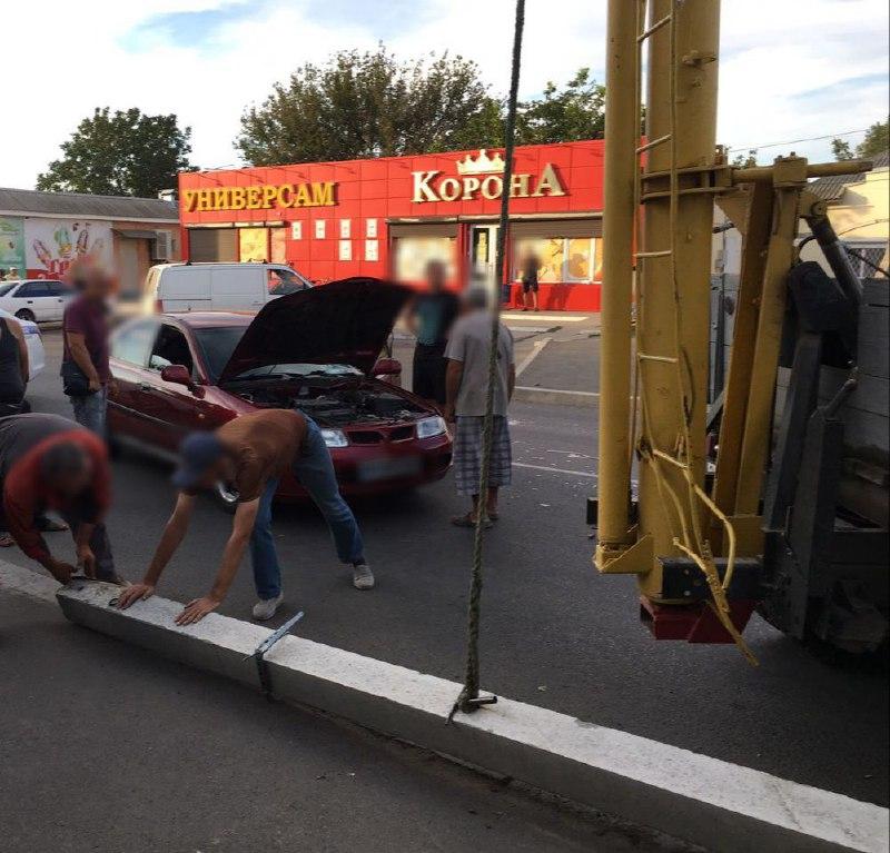 В Измаиле автовышка, пытаясь избежать столкновения с Mitsubishi, завалила на него столб