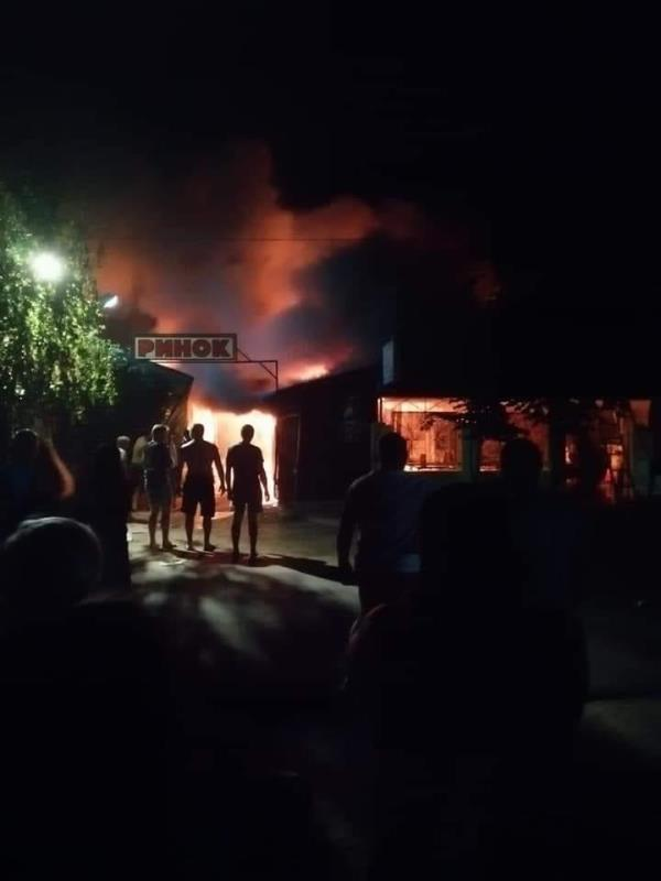В курортном Приморском произошел масштабный пожар - загорелась кухня местного кафе и огонь перекинулся на рынок