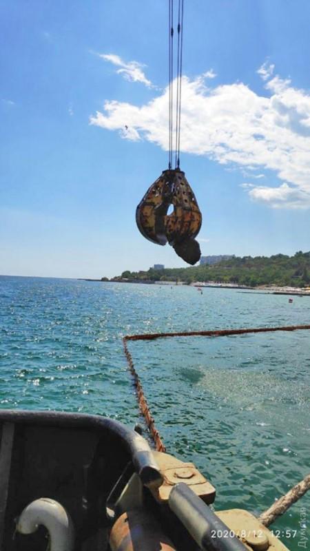 В Одессе танкер «Делфи» продолжают активно готовить к подъему: из трюмов удаляют песок, с морского дна убирают валуны