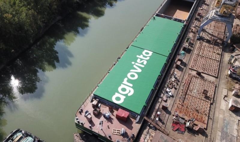 В Измаиле окончательно достроена и спущена в Дунай самая большая баржа в Украине