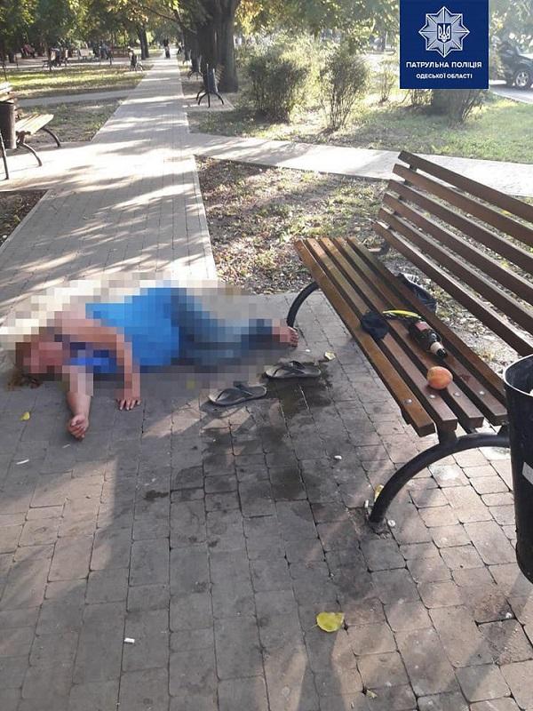 Живут в поле: в Одессе пьяная мать спала под скамейкой рядом с 5-летним сыном