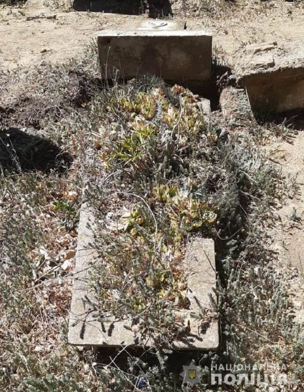 """На одном из городских кладбищ Аккермана """"охотники за металлом"""" разрушили несколько могил и украли с них крепления"""
