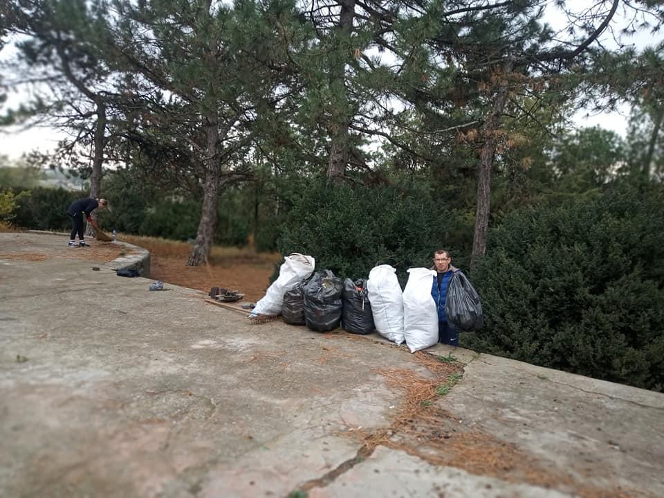 Захламленный парк в Татарбунарах убрала православная молодежь