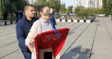 Зеленского возле избирательного участка встретила девушка без трусов