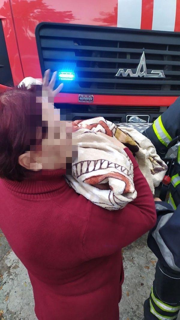 В Сергеевке произошел пожар в высотке: спасатели эвакуировали жильцов, среди которых был младенец