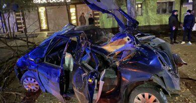 В центре Измаила на рассвете молодежь на Citroёn влетела в дерево: двое погибших, есть пострадавшие