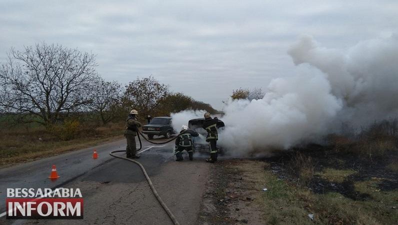 """В Белгород-Днестровском районе на ходу загорелась """"BMW"""" на евробляхах: пока зеваки снимали фото и видео, пламя полностью уничтожило авто"""