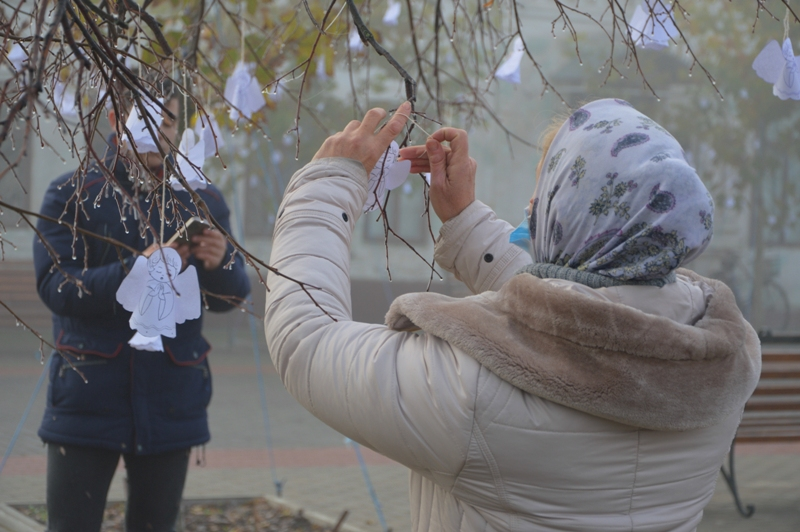 Бумажные ангелы и букеты из колосков: в Килии почтили память жертв Голодомора