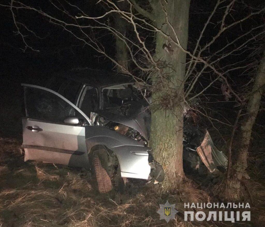 В Саратском районе Ford влетел в дерево: один человек погиб, трое пострадали