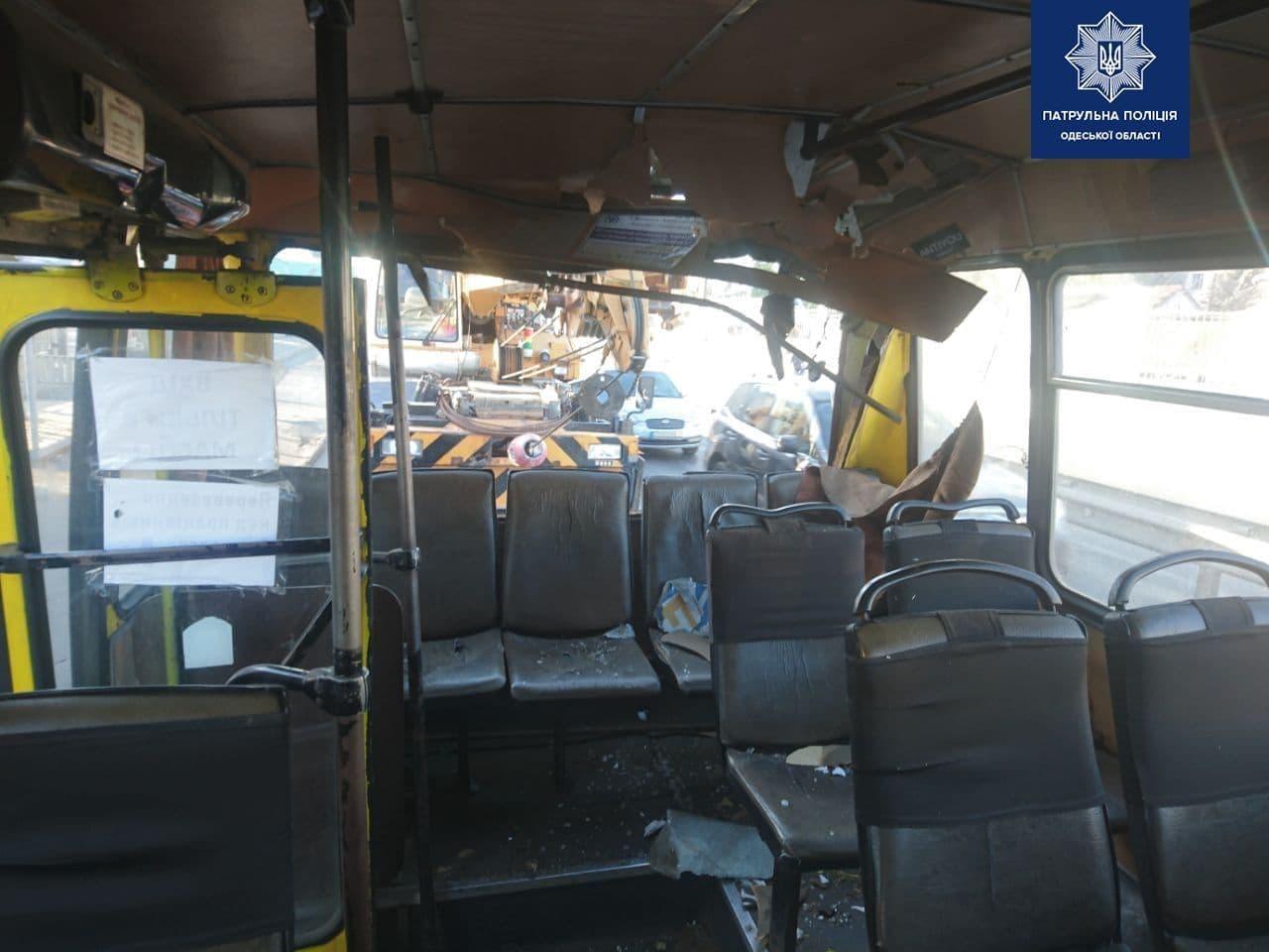 В Одессе автокран протаранил стрелой маршрутку