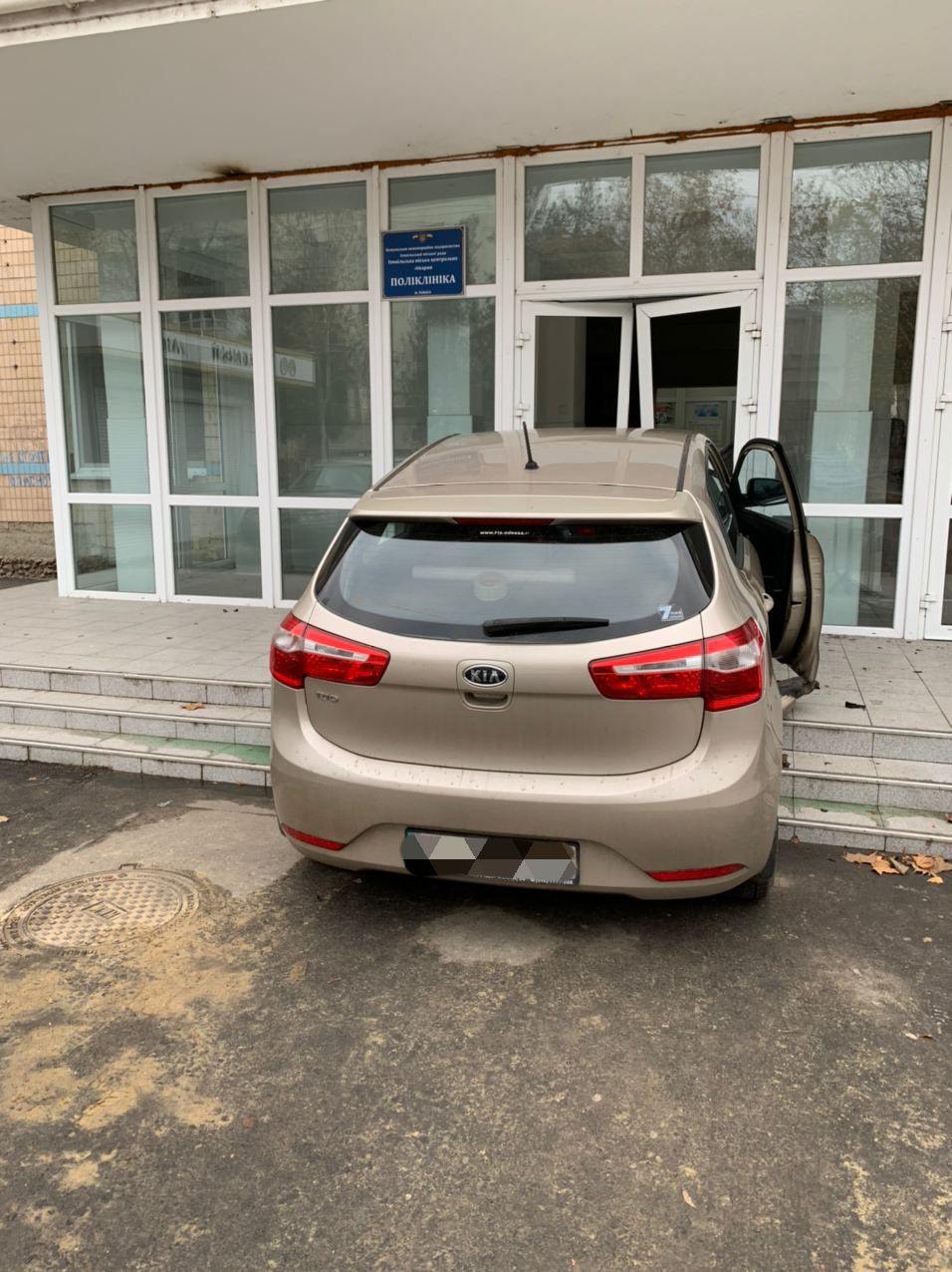 В Измаиле автоледи на KIA влетела в здание горполиклиники