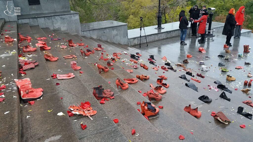 Красная - в цвет крови: Потёмкинская лестница в Одессе усыпана женской обувью