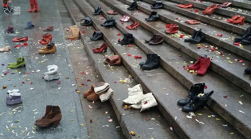 Красная — в цвет крови: Потёмкинская лестница в Одессе усыпана женской обувью